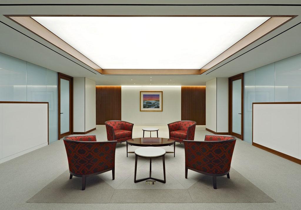 Un plafon întins pentru lumină generală în camera de zi.