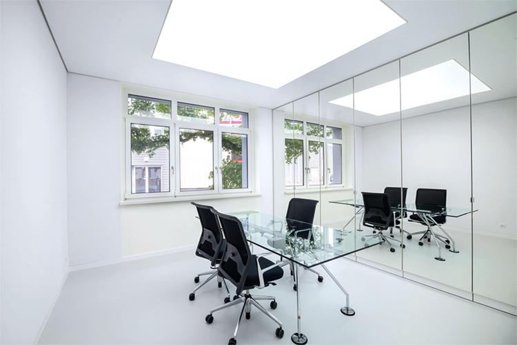 Tavan extensibil iluminat cu LED-uri, în interiorul unui birou